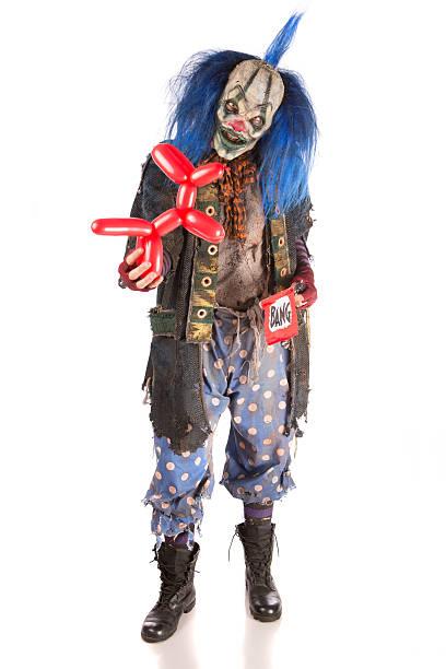 Escalofriante sosteniendo un payaso animales de globo y pop pistola - foto de stock