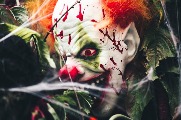 gruselige clownsmaske - horror zirkus stock-fotos und bilder
