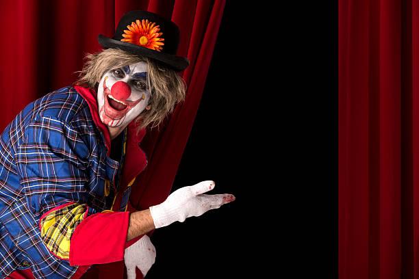 gruselig clown heißen sie willkommen im - horror zirkus stock-fotos und bilder