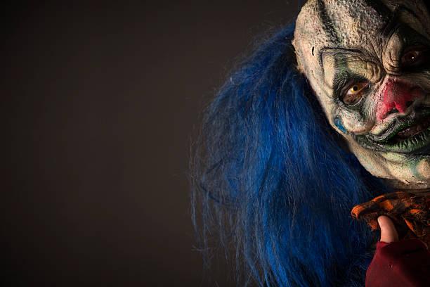 Escalofriante payaso con cabello azul - foto de stock