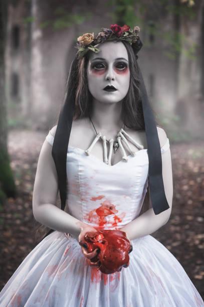 gruselige tote braut mit blutigen fleisch. halloween-szene - geist kostüm stock-fotos und bilder