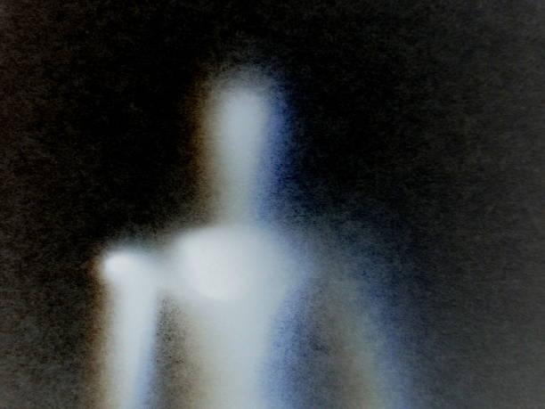 不気味フィギュア - 背景に人 ストックフォトと画像