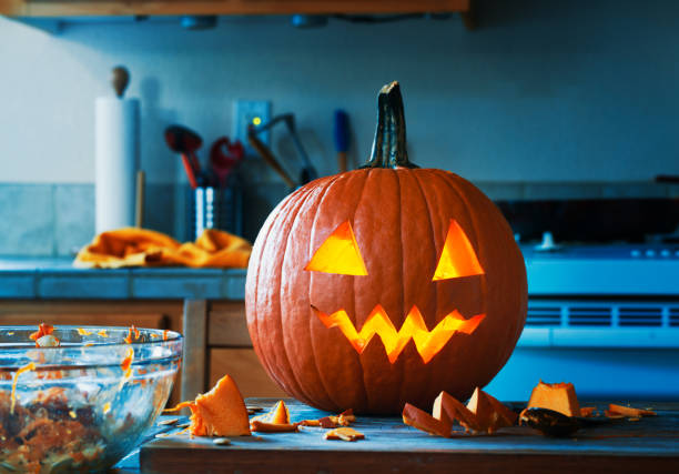 gruselige halloween jack o lantern kürbis - shabby deko stock-fotos und bilder