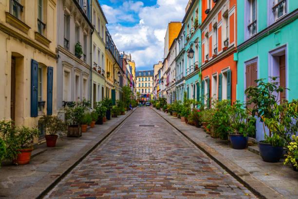 Cremieux Street (Rue Cremieux), Paris, Frankreich. Die Rue Cremieux im 12. Arrondissement ist eine der schönsten Wohnstraßen von Paris. Farbige Häuser in der Rue Cremieux Straße in Paris. Frankreich. – Foto