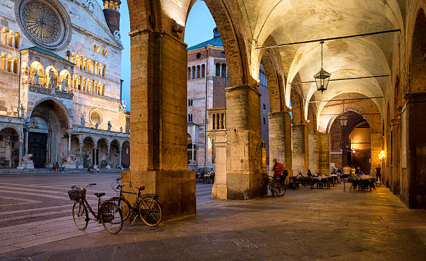 Cremona Cathedral  and archway at dusk, Lombardy Italy – Foto