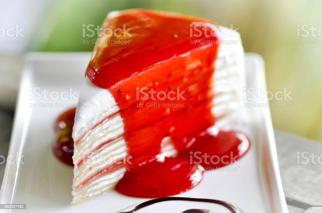 crepe tårta med jordgubbssås toppning royaltyfri bildbanksbilder