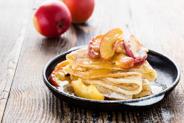 Crepes mit frischen karamellisierten Äpfeln an der Spitze – Foto