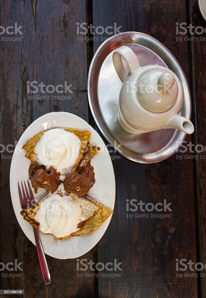 Crepes with ice cream and whipped cream photo libre de droits