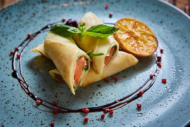 crêpes mit geräuchertem lachs - buchweizenpfannkuchen stock-fotos und bilder