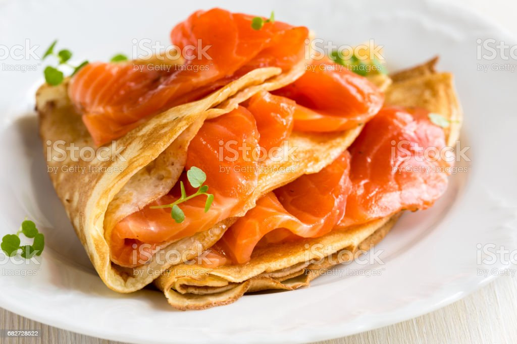 Crepes with smoked salmon - foto de acervo