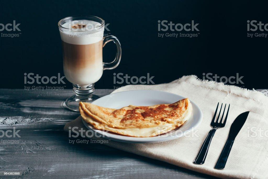 Crepioca - pannenkoek van cassave (tapioca) met kaas op plaat op houten achtergrond. Selectieve aandacht - Royalty-free Bloem - Stapelvoedsel Stockfoto