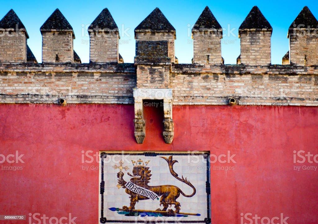 Cresta en la pared exterior del castillo de Alcázar en Sevilla - foto de stock