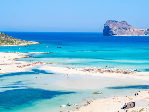crete, greece: balos lagoon paradisiacal view of beach and sea, one of the most tourist destinations on west of crete. - laguna foto e immagini stock