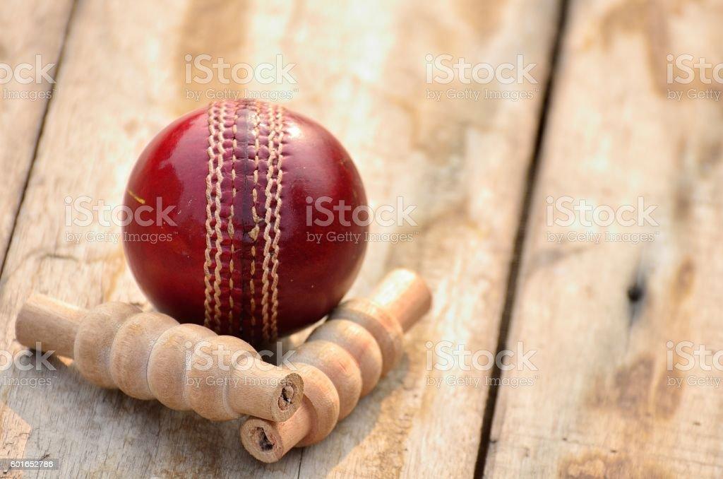 Bola de críquete e bails - foto de acervo