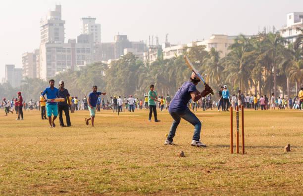 ムンバイ、インドのローカル グランドでクリケットの試合 ストックフォト