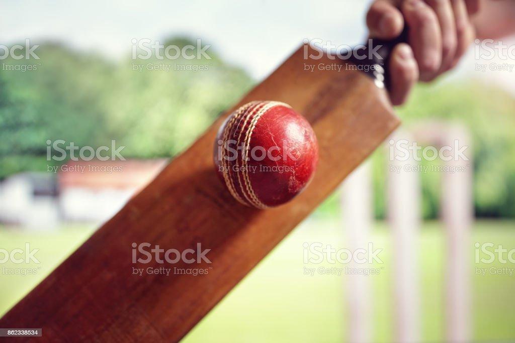 Cricket-Spieler schlagen ball – Foto