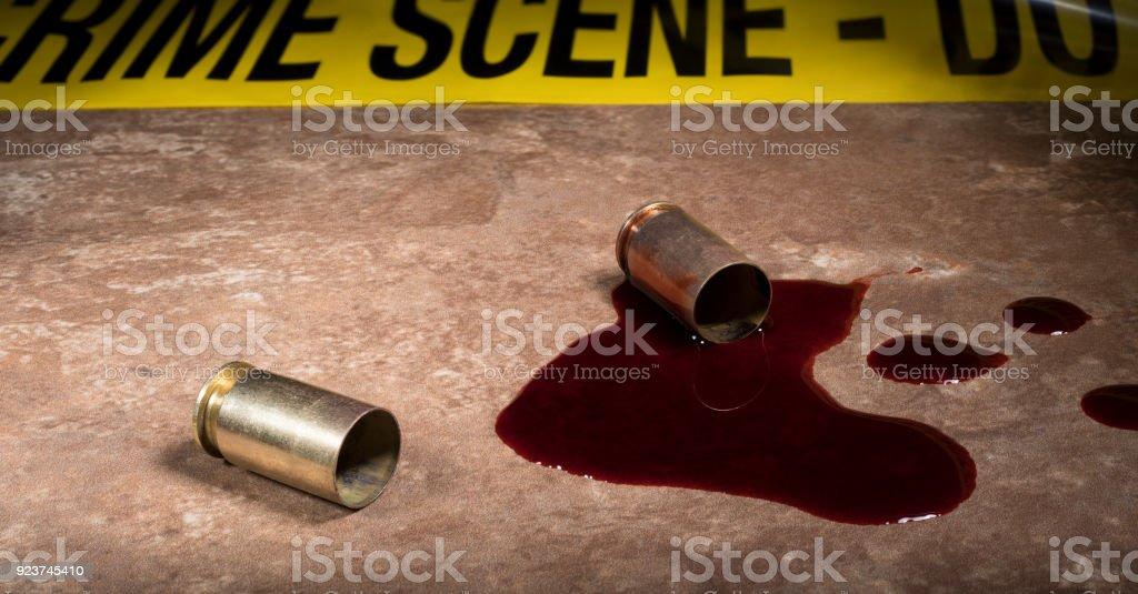 Verbrechen-Szene-Band und Blut mit Pistole Messing – Foto