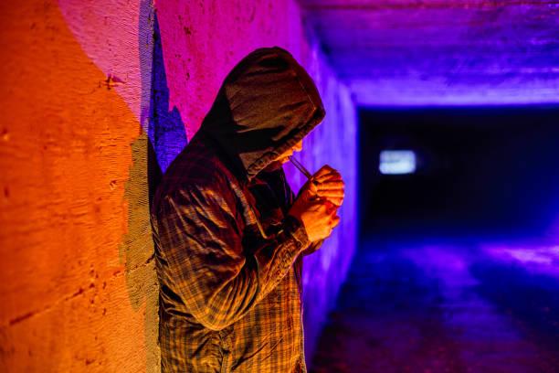 criminele drugsgebruikers verslaafde rookvrije drugs in ondergrondse tunnel - amfetamine stockfoto's en -beelden