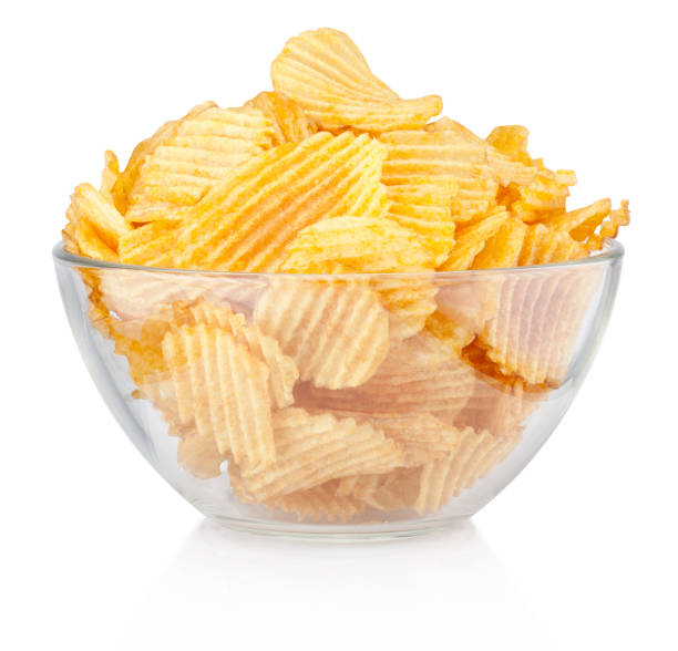 crinkle cut potato chips in bowl isolated on a white background - chipsy zdjęcia i obrazy z banku zdjęć