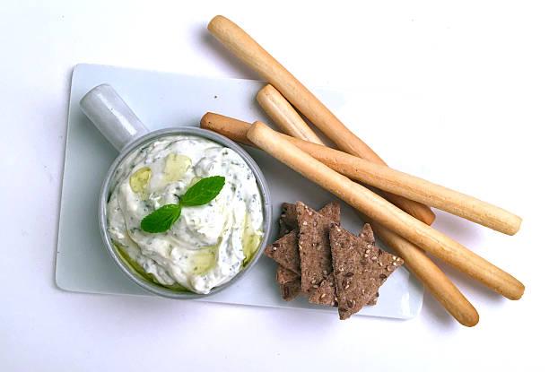 knäckebrot weiß-mayonnaise - quark öl teig stock-fotos und bilder