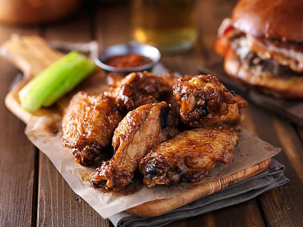 crispy barbecue chicken wings with celery - foto de acervo