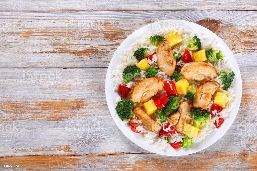 pollo crujiente y verduras fritas en el wok - foto de stock