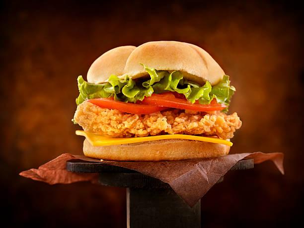 crispy chicken burger - burger and chicken stok fotoğraflar ve resimler