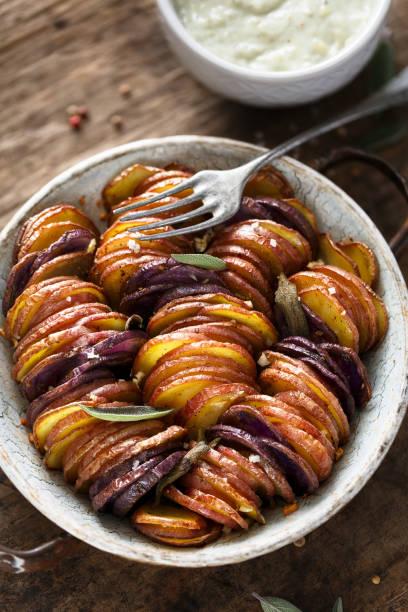 knusprige farbigen kartoffeln - gemüsechips stock-fotos und bilder