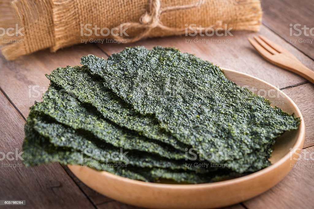 Crispy dried seaweed on wooden plate ロイヤリティフリーストックフォト
