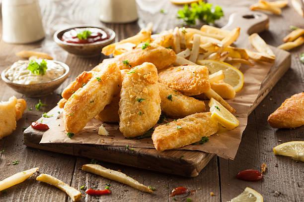 un croccante fish and chips - fritto foto e immagini stock