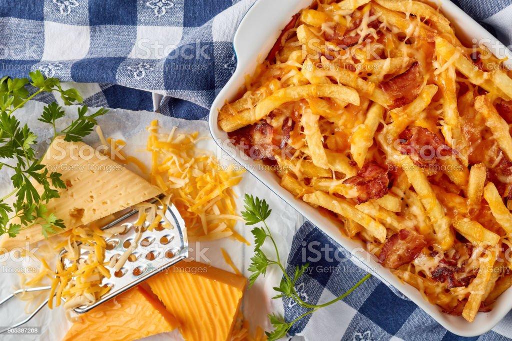 Frites croustillantes de français étouffée dans du fromage fondu - Photo de Aliment libre de droits
