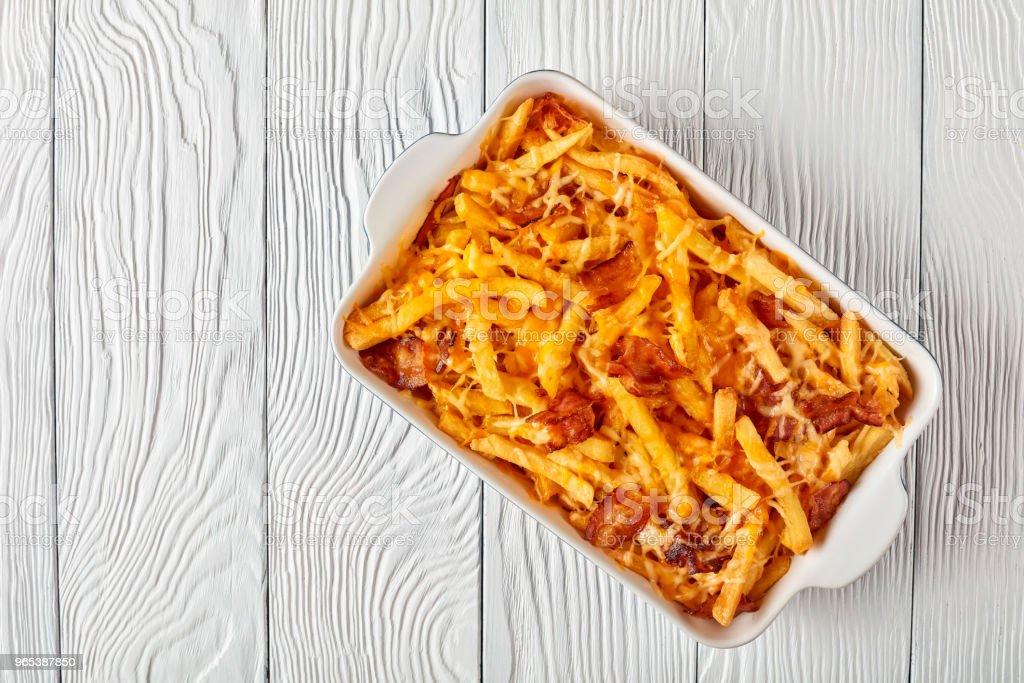 脆薯條, 在融化的乳酪中窒息 - 免版稅俯拍圖庫照片
