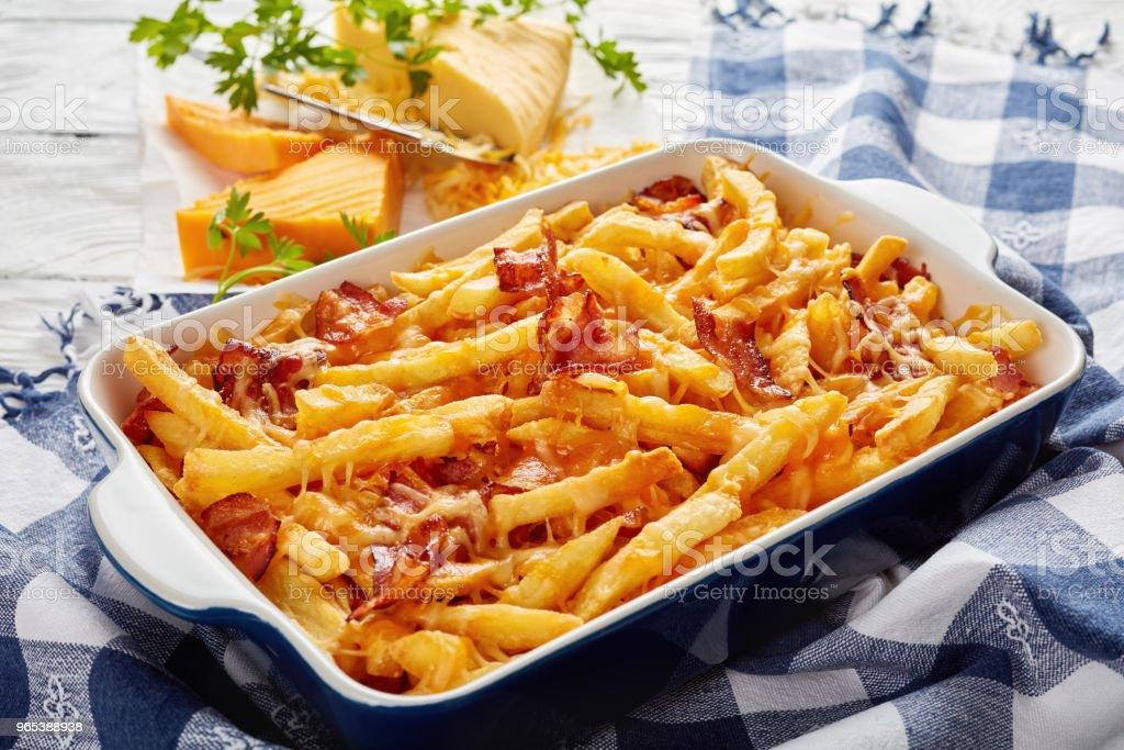녹 인된 치즈를 곁들인 바삭한 감자 튀김 - 로열티 프리 0명 스톡 사진
