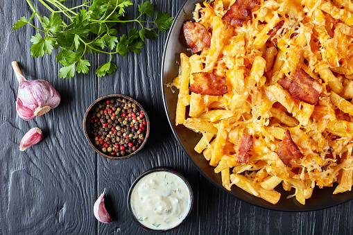 녹 인된 치즈를 곁들인 바삭한 감자 튀김 0명에 대한 스톡 사진 및 기타 이미지