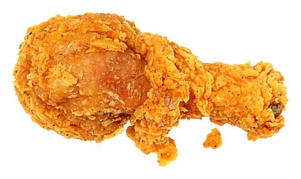 knusprig gebratenes hühnchen bein über weiß - hühnerkeulen stock-fotos und bilder