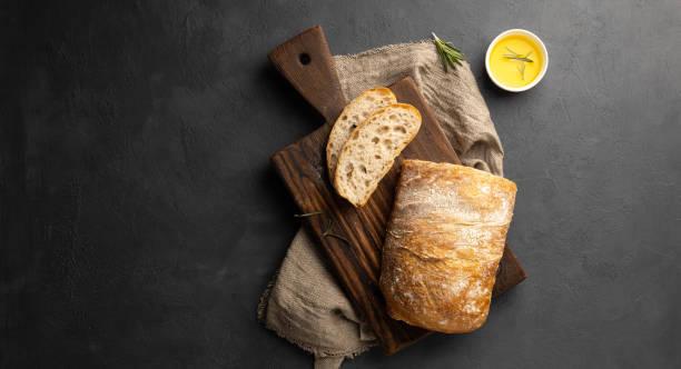 바삭바삭한 이탈리안 시아바타 빵 - 치아바타 빵 뉴스 사진 이미지