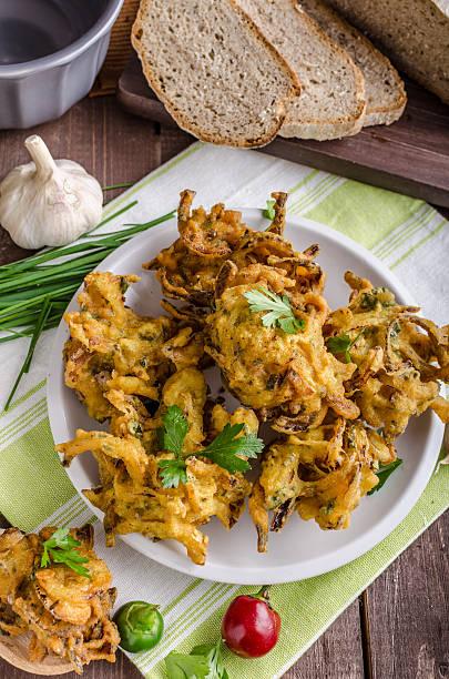 Crocantes bhajis cebolla - foto de stock