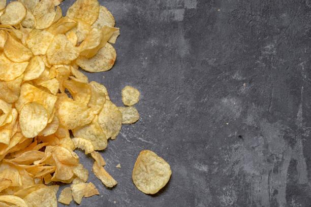 knusprige Pommes Frites auf einem Hintergrund von Grauzement, Ansicht von oben mit Textfreiraum – Foto