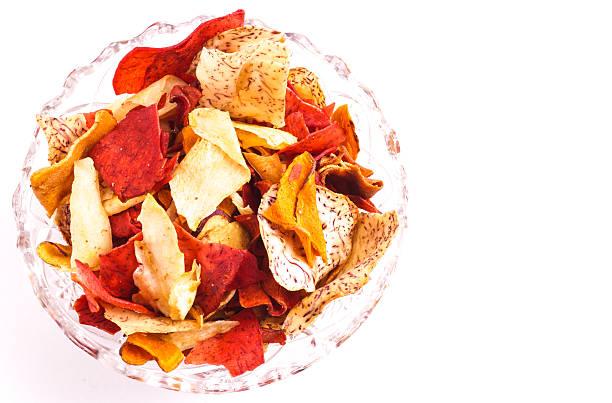 knusprigen wurzeln chips - gemüsechips stock-fotos und bilder