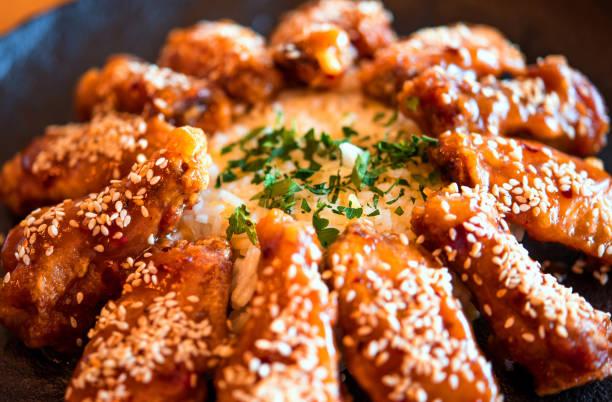 crujiente de pollo sésamo - sésamo fotografías e imágenes de stock