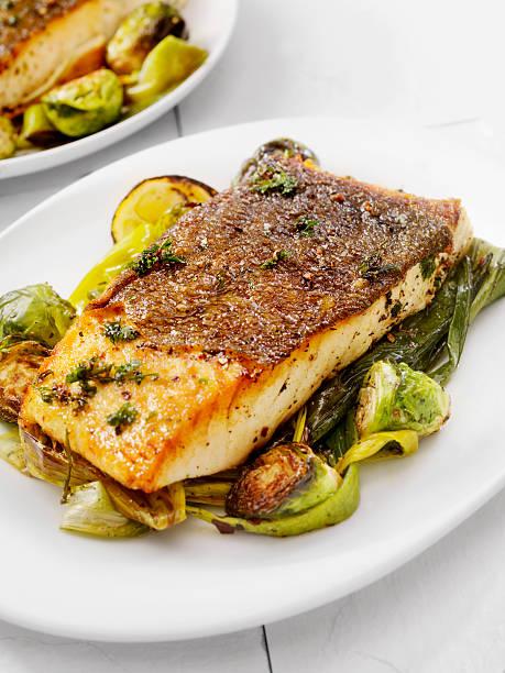 knusprig zubereiteter fisch vom grill weiß - heilbutt stock-fotos und bilder