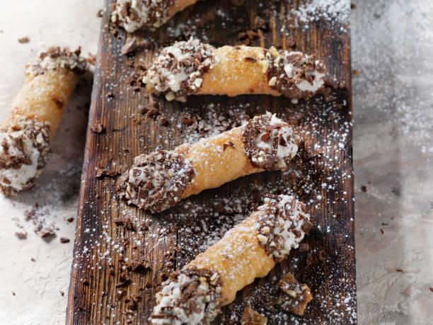 knuspriger wonton wrapper cannoli mit sweet ricotta filling - cannoli stock-fotos und bilder