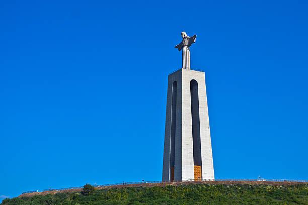cristo rei-estátua de jesus em almada, portugal - cristo rei lisboa imagens e fotografias de stock