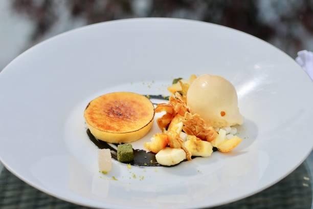 crème brulée with icecream plate - brulée imagens e fotografias de stock