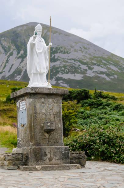 Croagh Patrick, Berg in Westport, Irland, der jeden Juli zu Ehren des Heiligen Patrick jährlich wallfahrtt. – Foto