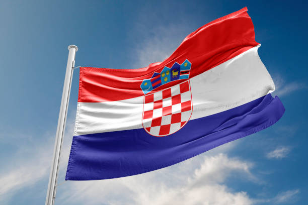 Bandeira da Croácia é acenando contra o céu azul - foto de acervo