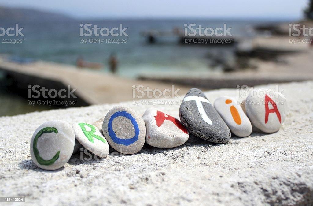 Chorwacja napis z kamieni i Morze Adriatyckie w tle – zdjęcie