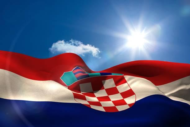 Bandeira nacional Croácia sob céu ensolarado - foto de acervo