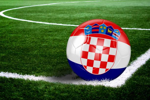 Bola de futebol da Croácia na esquina do campo à noite - foto de acervo