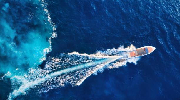 croacia. yates en la superficie del mar. vista aérea del barco flotante de lujo en el azul del mar adriático en un día soleado. viaje - imagen - yacht fotografías e imágenes de stock